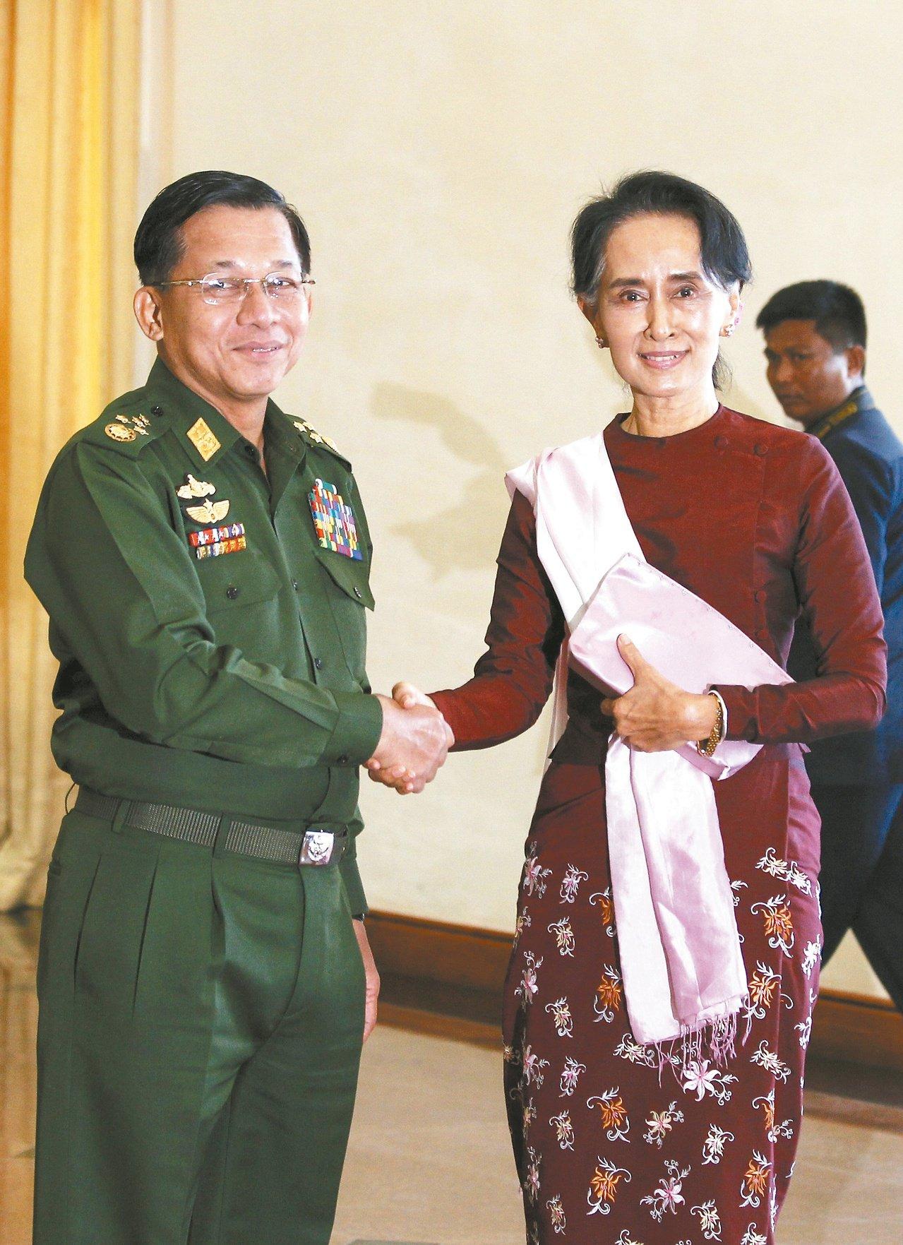 緬甸武裝部隊總司令敏昂萊(左)是翁山蘇姬(右)執政的成敗關鍵。路透