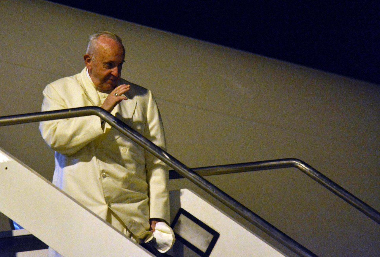 天主教教宗方濟各26日在羅馬搭機,準備出訪緬甸和孟加拉時,向送行的人揮手致意。歐...