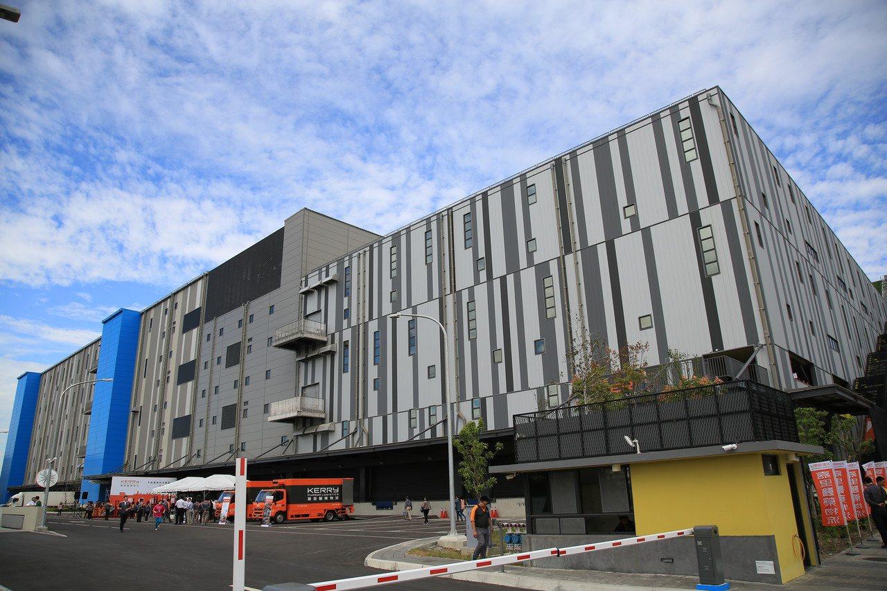 號稱全台最大、由嘉里醫藥物流公司建置的「中區醫藥物流園區」上午在烏日高鐵特定區啟...