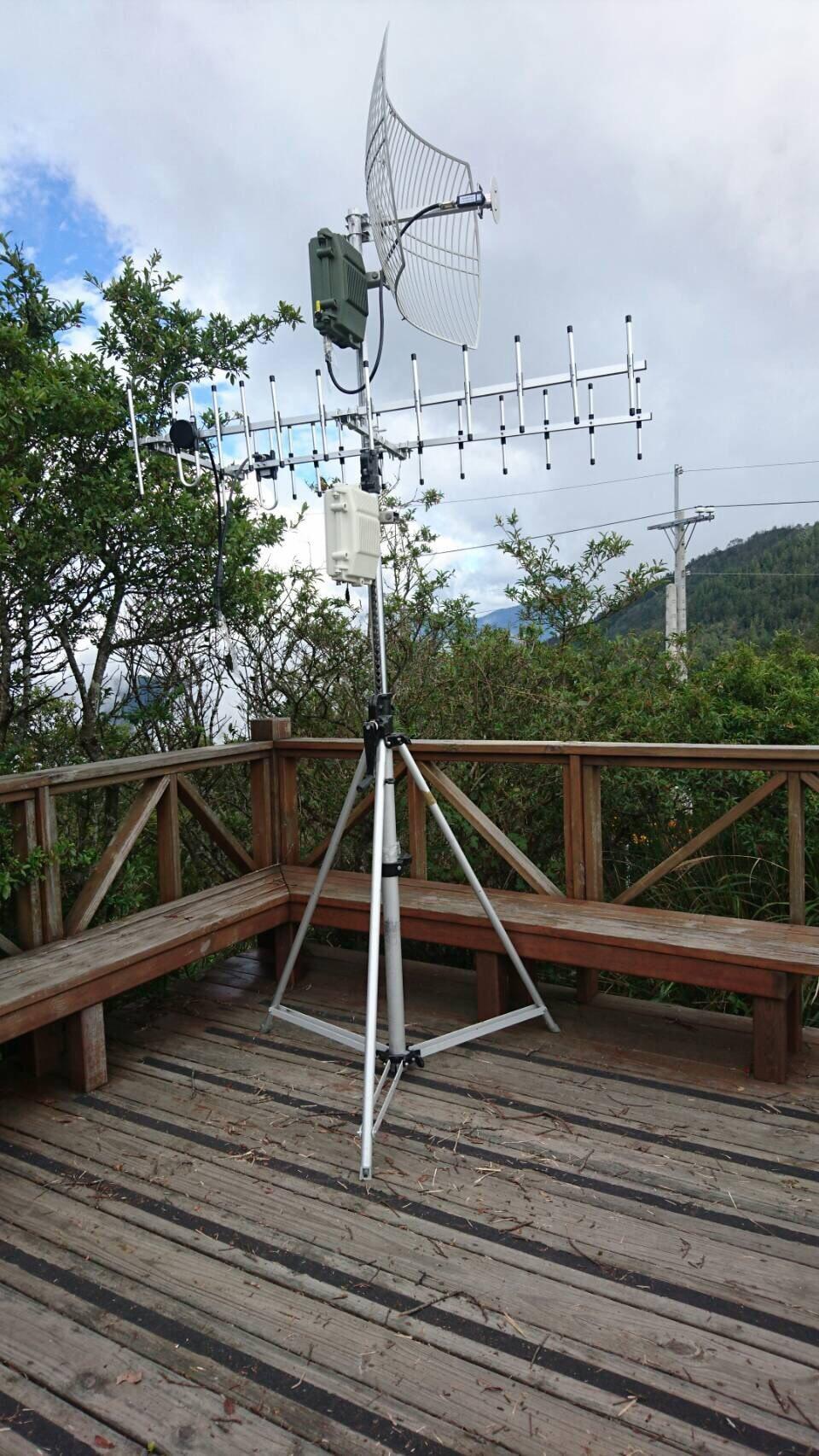 林、許指示助理拿訊號處理模組到嵩山雷達站偵蒐軍事訊號。記者林孟潔/翻攝