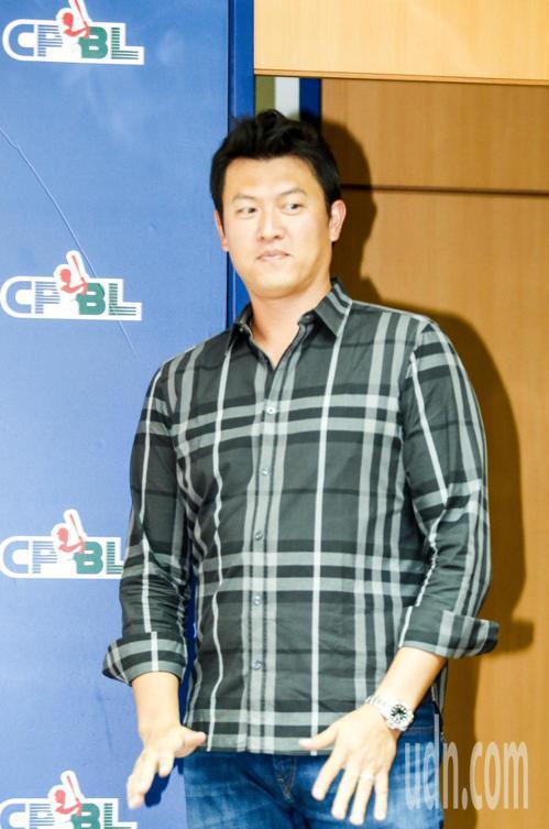 中華職棒聯盟專業投手訓練營記者會下午在聯盟辦公室舉行,邀請旅美投手王建民分享過去...