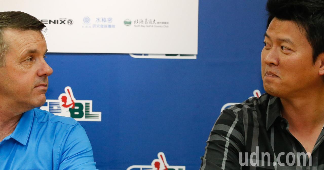 中華職棒聯盟專業投手訓練營記者會下午在聯盟辦公室舉行,邀請旅美投手王建民(右)與...