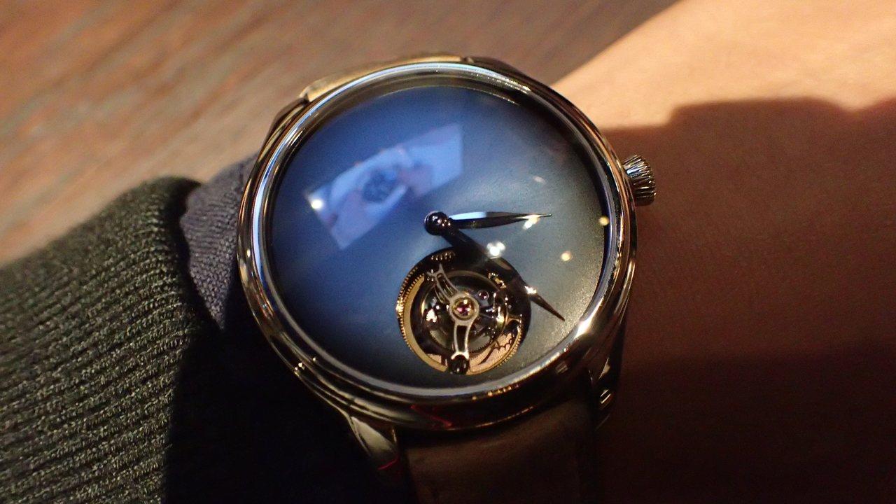 亨利慕時勇創者陀飛輪概念腕表,最獨特的部分在於簡潔電光藍表面,加上飛行陀飛輪裝置...
