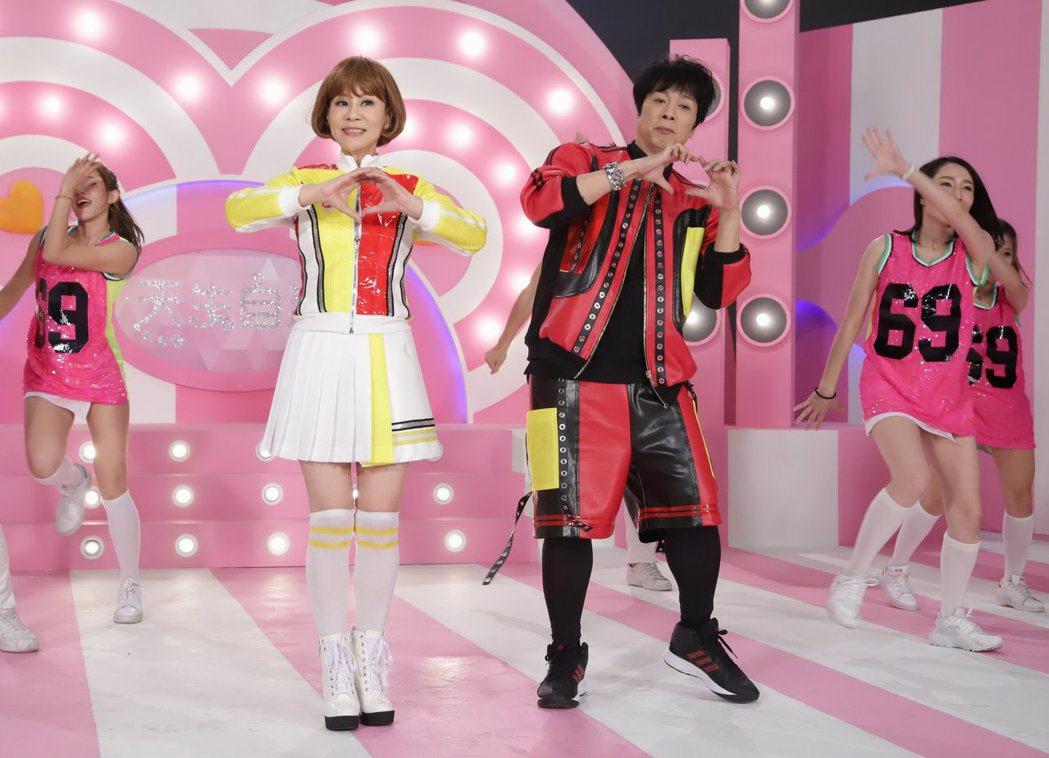 曹西平(右)和龍千玉(左)合作新歌在MV大秀舞技。圖/豪記唱片提供