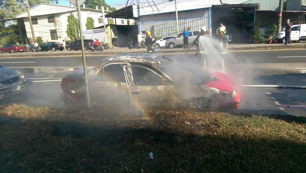 台中市台鐵太原車站附近,今天下午1時許驚傳火燒車,涉嫌縱火的李姓男子留在現場被警...