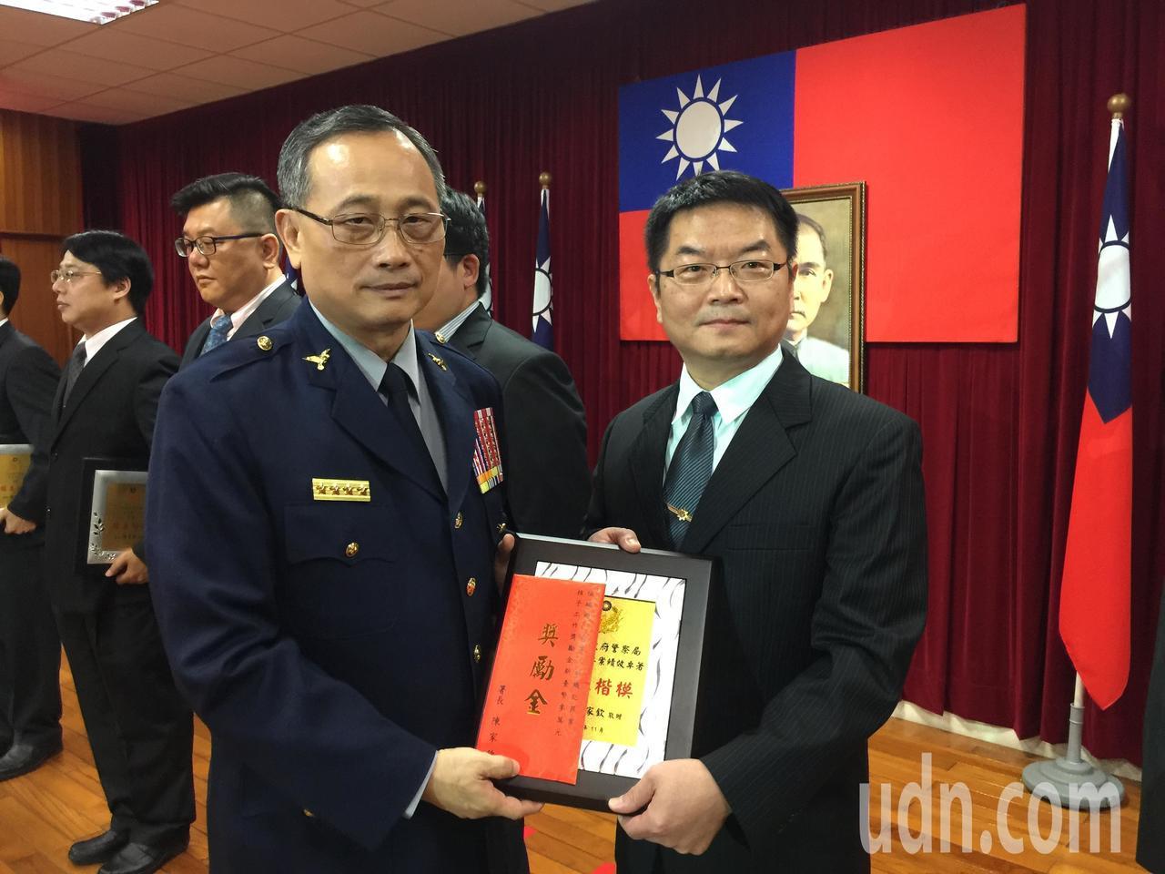 新營警分局刑事偵查隊長葉景星(右)接受警政署長陳家欽(左)表揚。記者吳政修/攝影