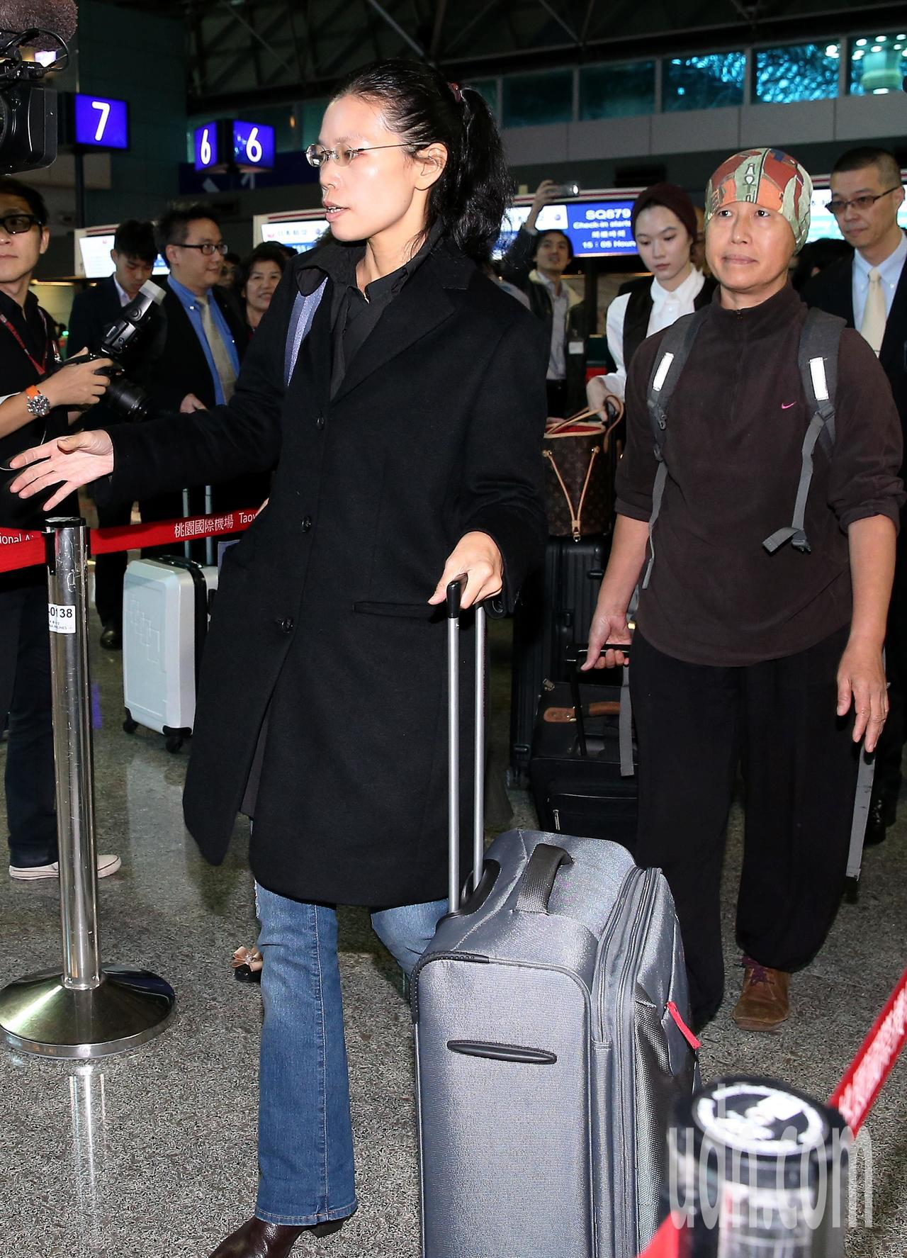 李明哲案28日宣判,他的妻子李凈瑜(左)27日下午搭機前往湖南長沙再轉往岳陽,準...