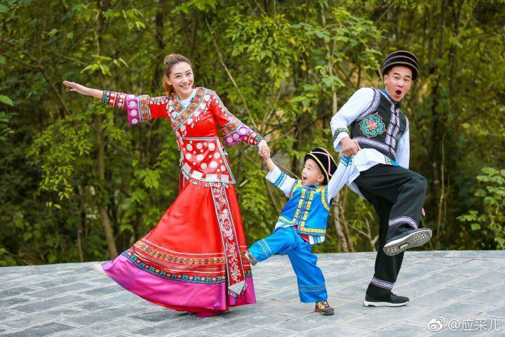 陳小春(右)一家三口在「爸爸去哪兒5」中一同亮相。圖/摘自微博