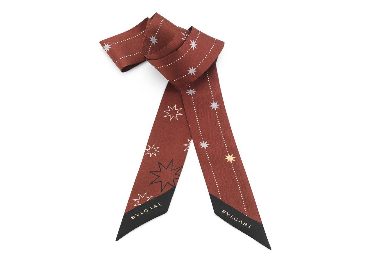 HERITAGE紅色「冬季星星」上等斜紋絲巾,約5,500元。圖/BVLGARI...