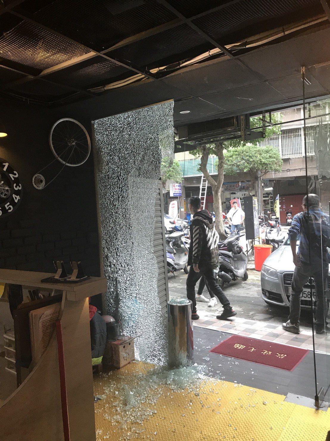 永和刺青店遭人開槍尋仇,玻璃破碎。記者江孟謙/翻攝