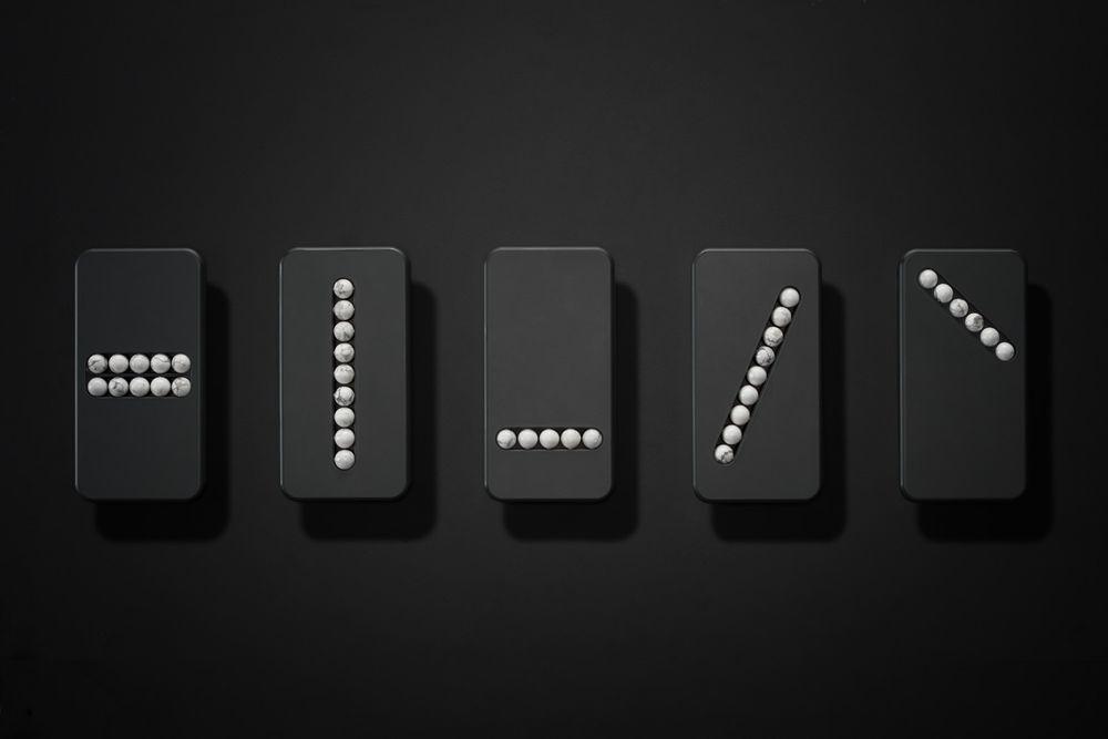 史林格設計了五款所謂替代手機,在表面嵌入幾個石頭製的珠子,讓使用者能進行類似滑手...