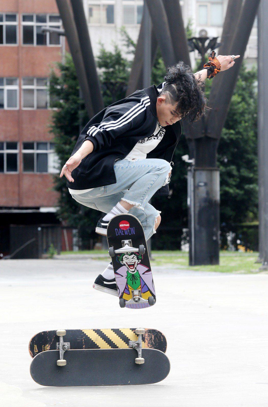 敖犬錄製「噓!星聞」節目到西門町陪粉絲溜滑板。記者邱德祥/攝影