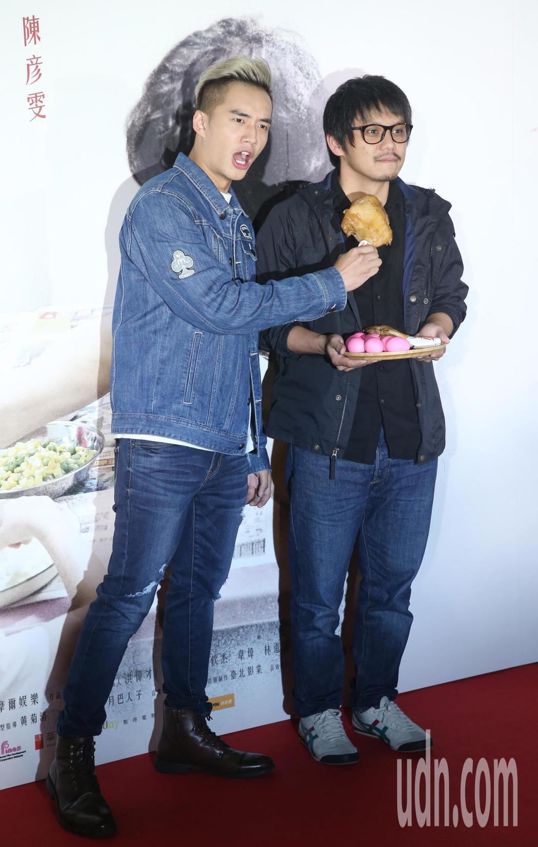 電影「分貝人生」今天舉行首映會,導演陳勝吉和男演員陳澤耀出席宣傳,陳澤耀(左)拿...