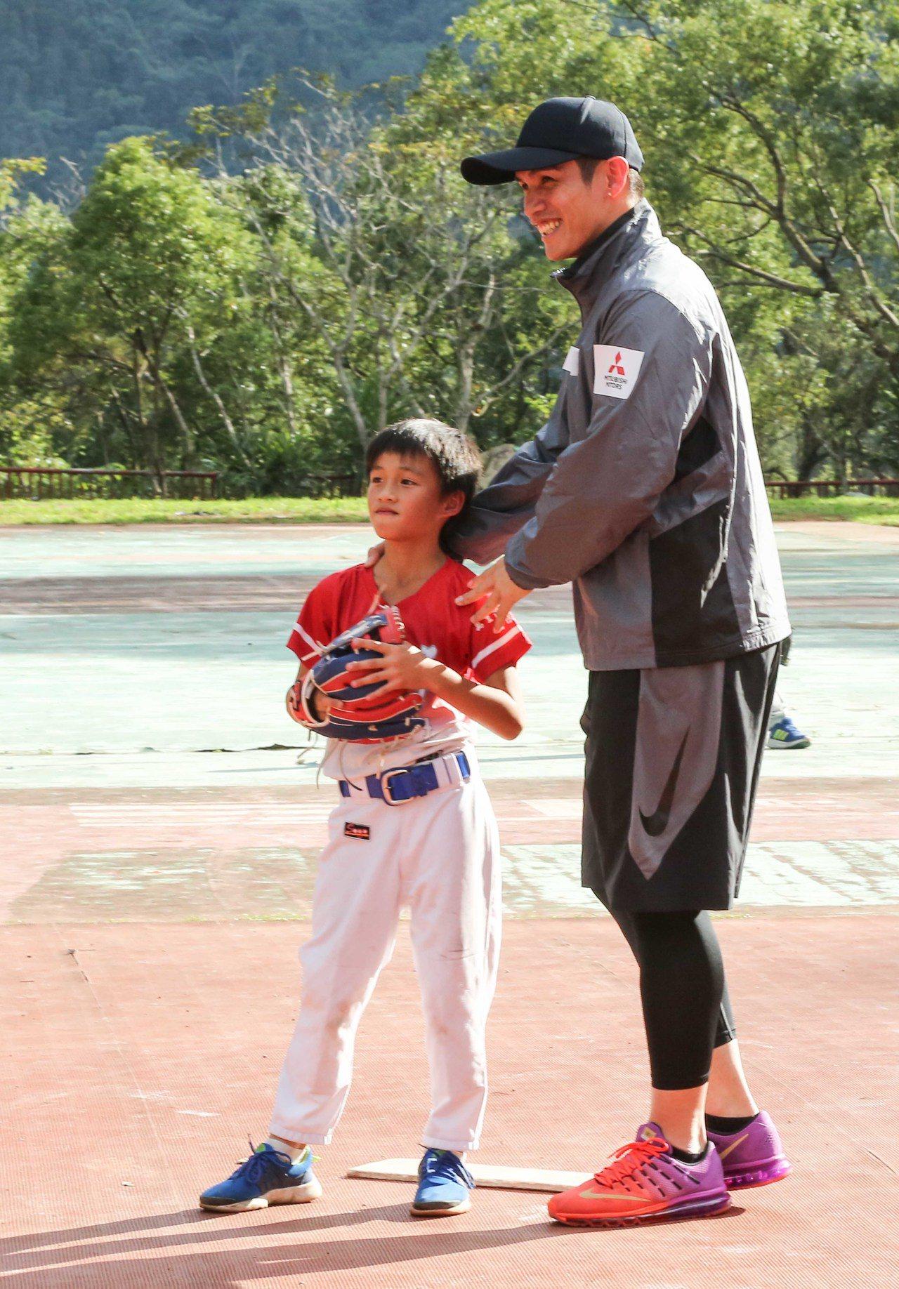 陽岱鋼指導小朋友球技,笑得相當開心。圖/中華汽車提供