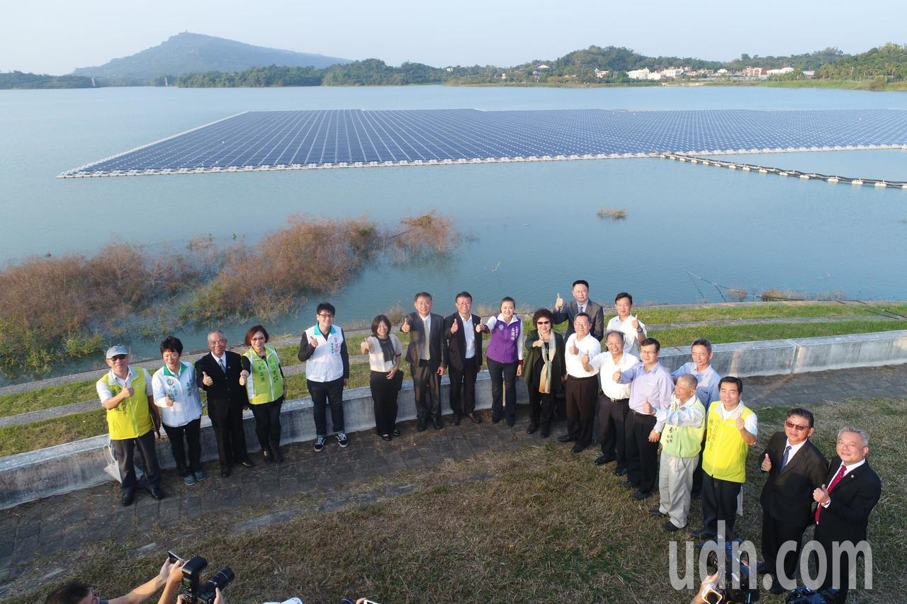 高雄市長陳菊在阿公店水庫宣示推動綠能的決心。記者王昭月/攝影