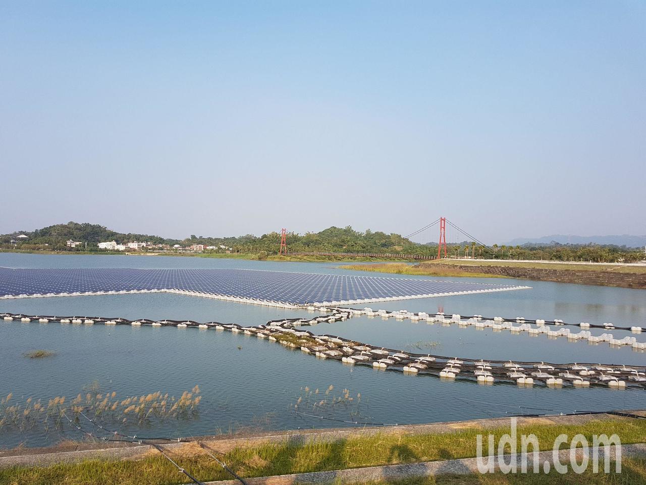 阿公店水庫建置的浮力式太陽能發電系統,已完成第一期工程,可供電630戶。記者王昭...