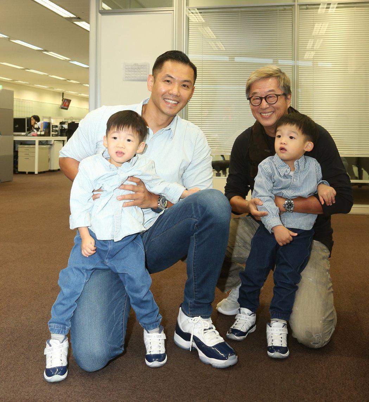 黑人(左二)帶飛翔探班王偉忠(右二)。記者陳立凱/攝影