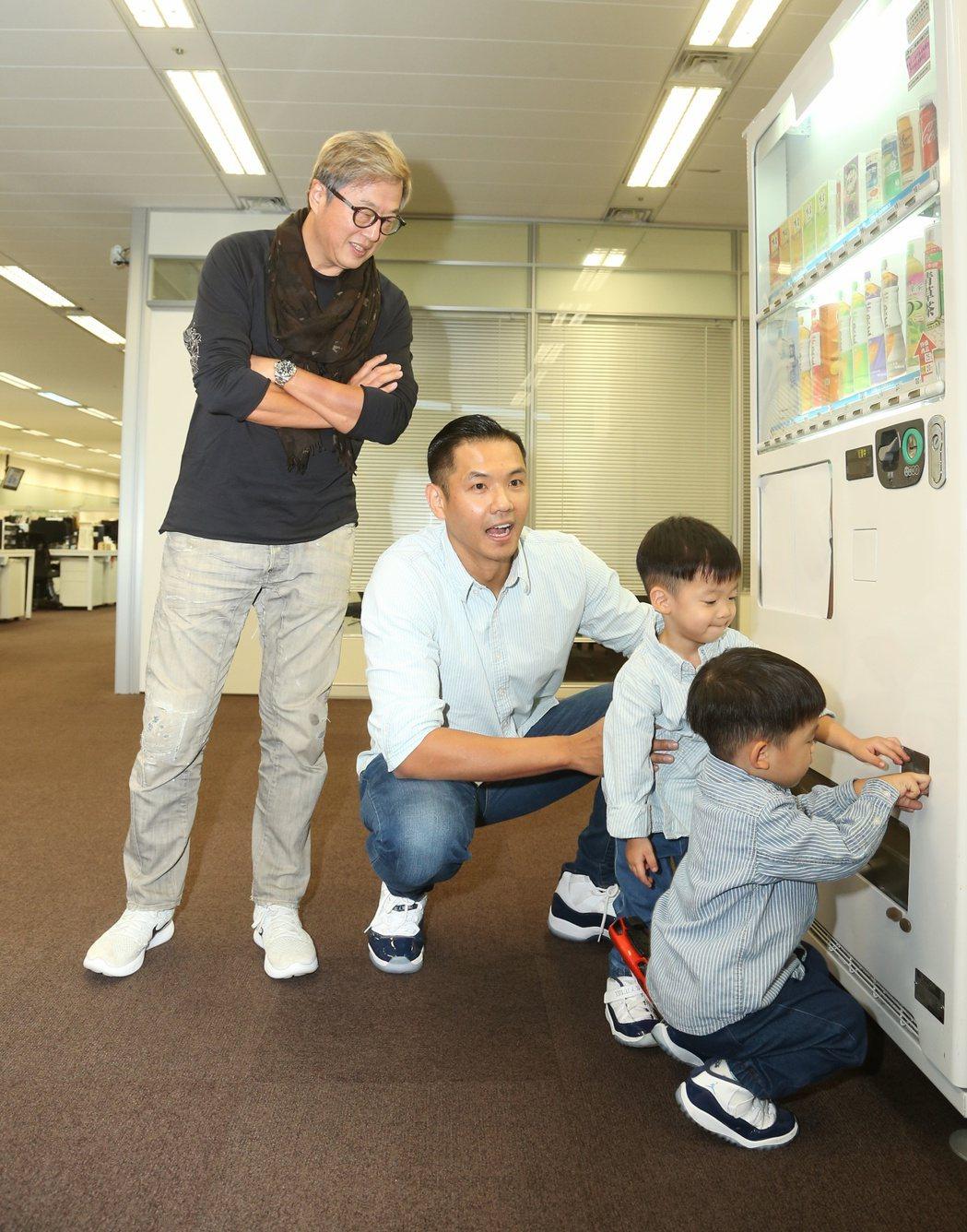 黑人(左二)帶飛翔探班王偉忠(左)。記者陳立凱/攝影