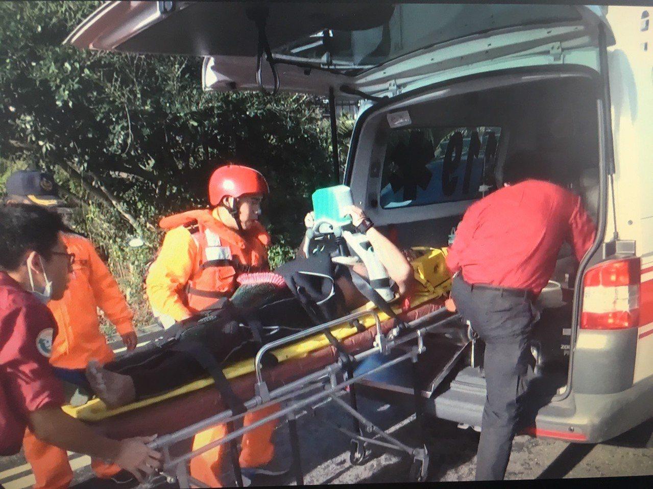 溺水男子被救起後送往部立花蓮醫院豐濱分院急救。圖/一、二岸巡總隊提供