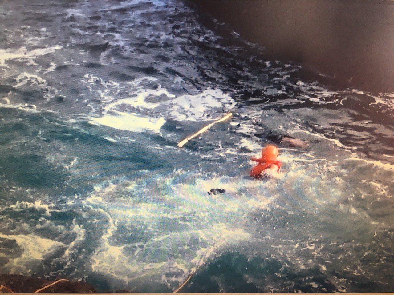 岸巡人員前往搶救溺水男子。圖/一、二岸巡總隊提供
