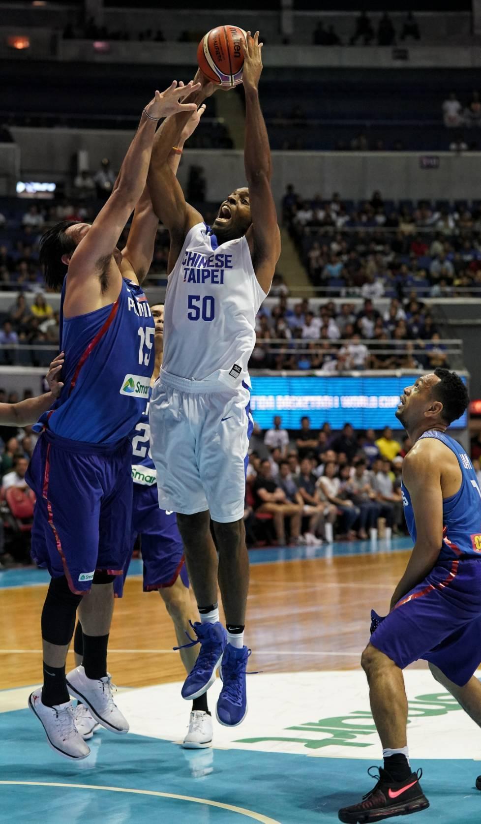 中華隊戴維斯(中)上半場拿下16分助隊以2分落後菲律賓。圖/中華籃球協會提供