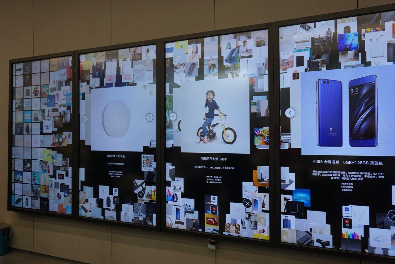 店內首創由5塊80吋螢幕組成的互動購物牆。記者黃筱晴/攝影