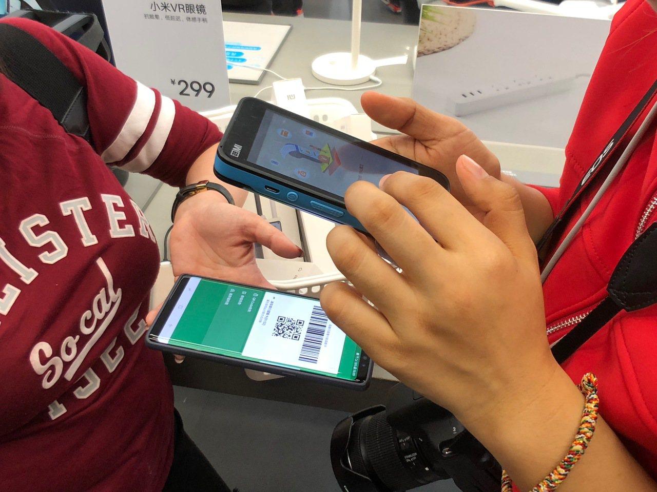 旗艦店獨有的移動收銀模式,消費者可用行動支付、信用卡快速結帳。記者黃筱晴/攝影