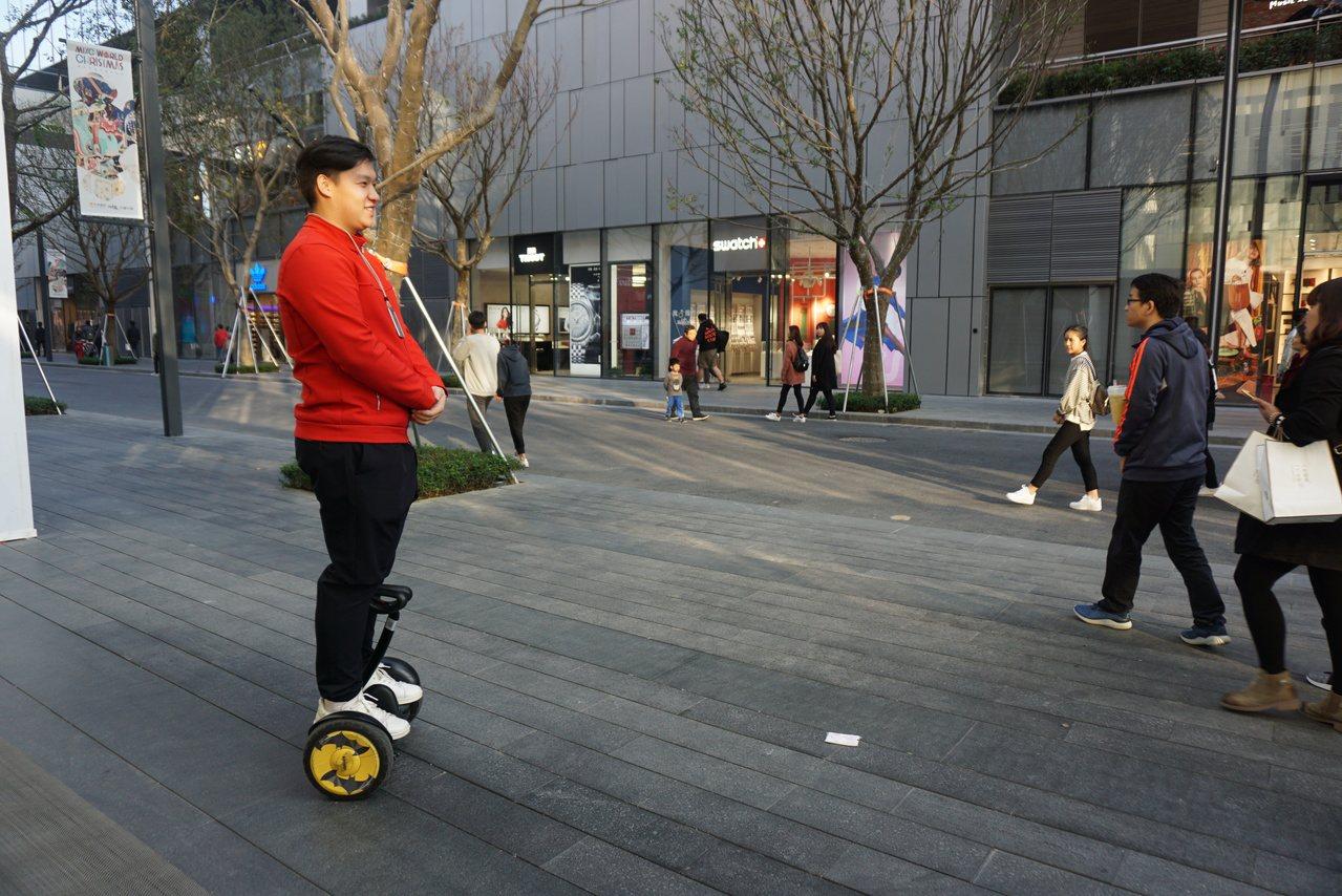 站在平衡車上接待消費者的小米之家店員。記者黃筱晴/攝影