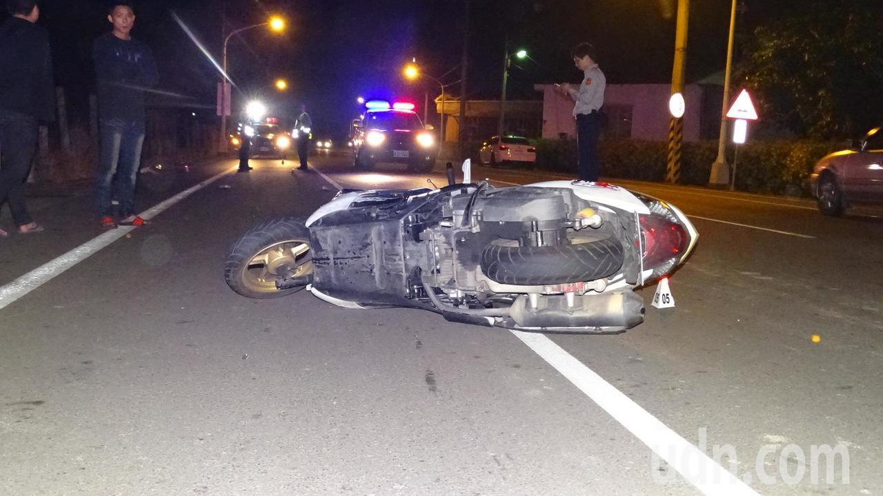 台南麻豆晚間發生機車騎士疑為閃狗自摔,情侶1傷1命危。記者謝進盛╱攝影
