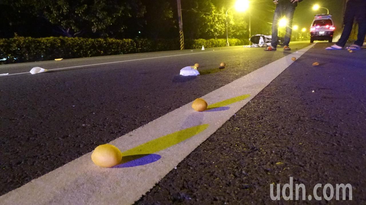 地面上散落的地瓜球、便當等待清理。記者謝進盛╱攝影