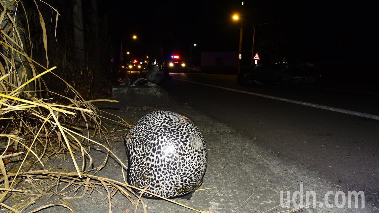 女友戴的安全帽摔至路旁。記者謝進盛╱攝影