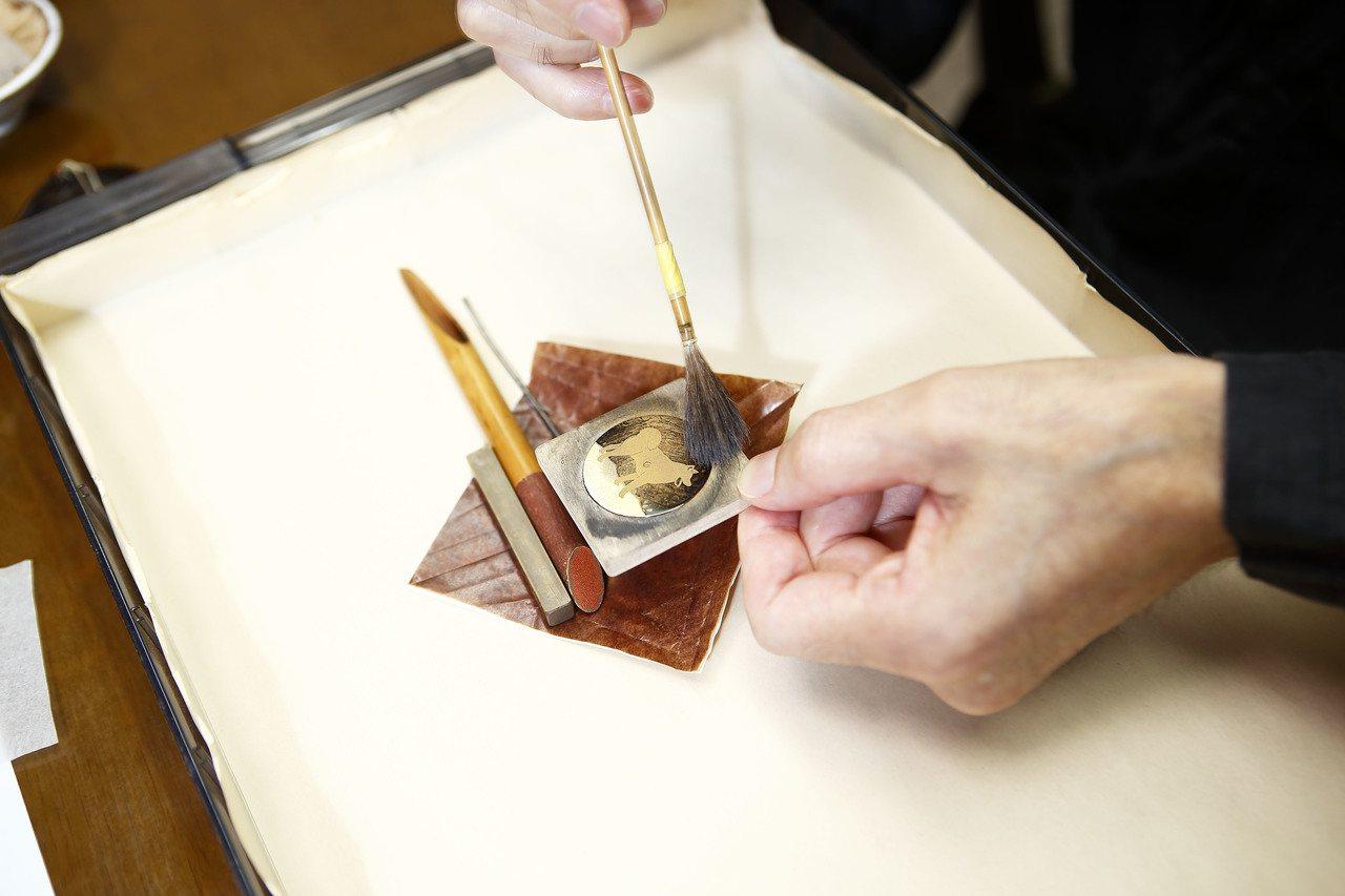 在漆上撒上K金粉末是蒔繪手法。圖/蕭邦提供