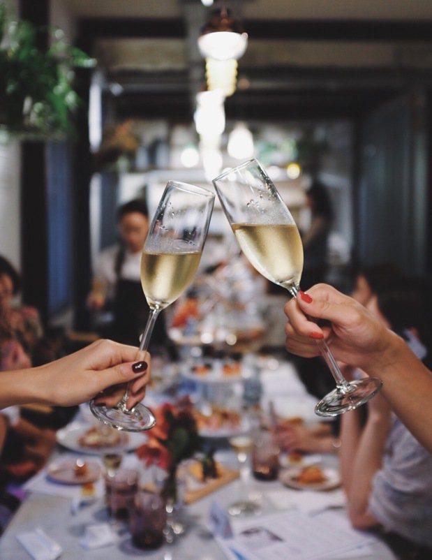 艾瑞克羅德茲(Eric Rodez)說「香檳就是快樂」、「香檳就是百搭」。記者沈...