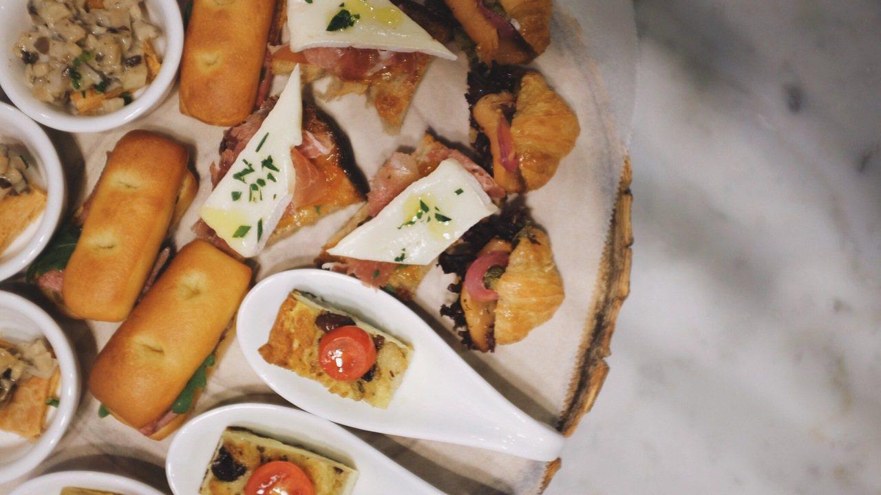 「山蘭居|初衣食午」創辦人Anne依照香檳特性打造鹹甜點。記者沈佩臻/攝影