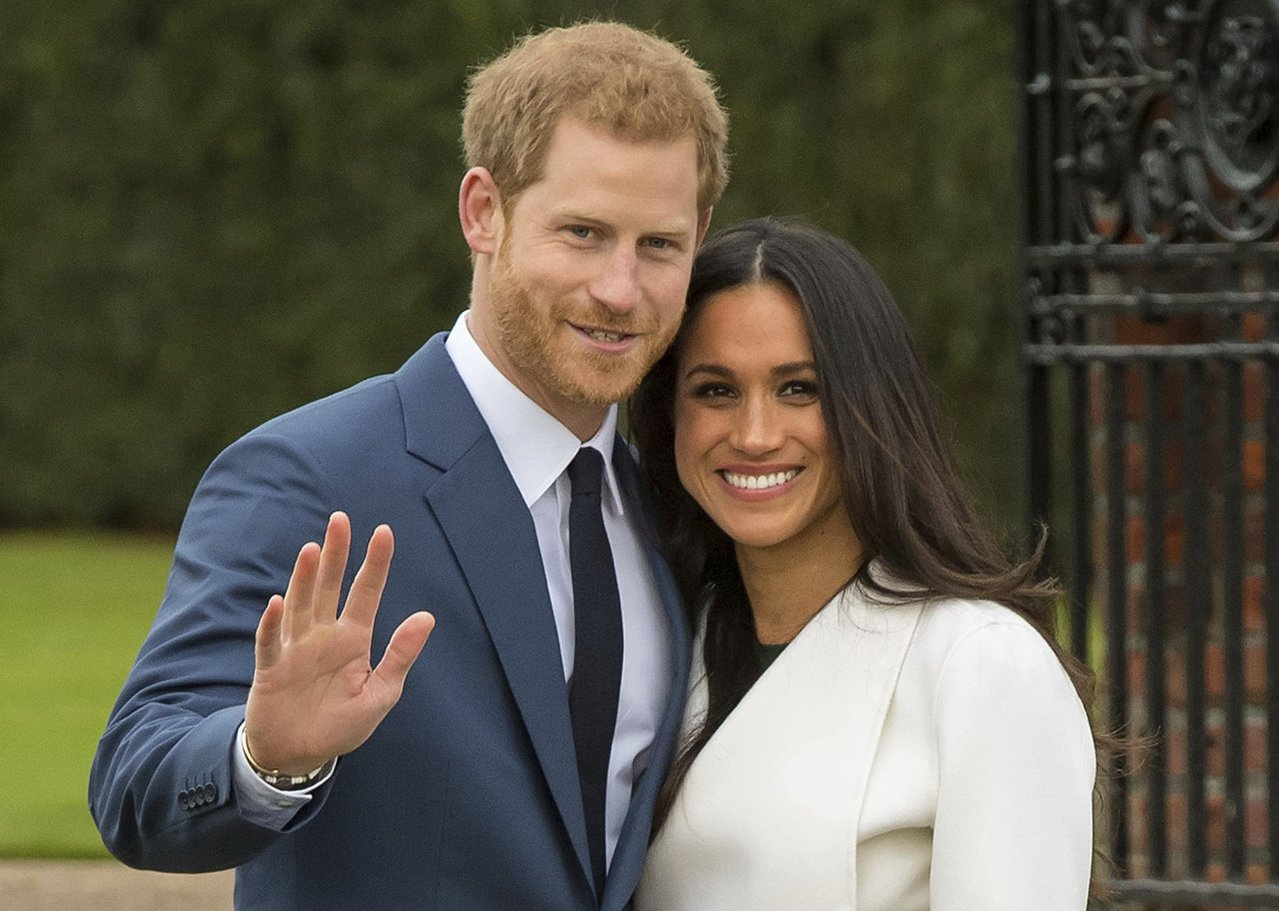 宣布結婚喜訊後,哈利王子帶著未婚妻梅根馬克爾接受媒體拍照。(美聯社)