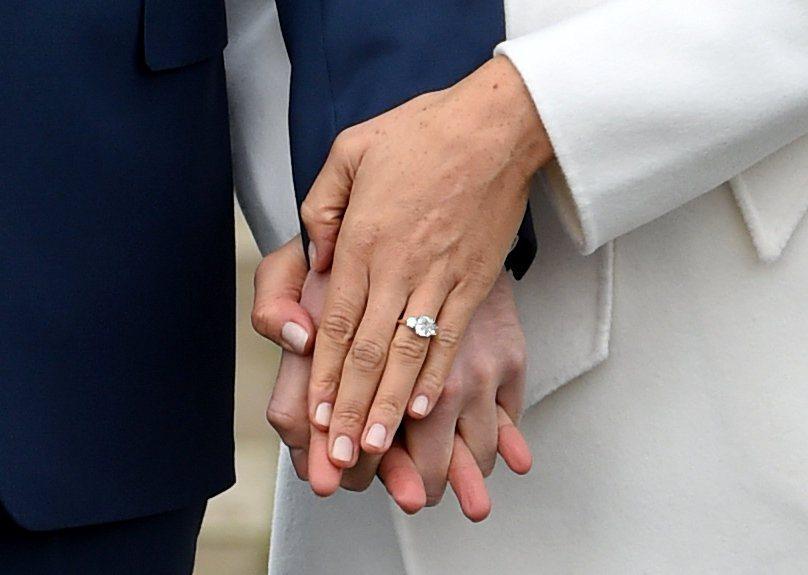 梅根馬克爾戴著訂婚戒指露面。(路透)