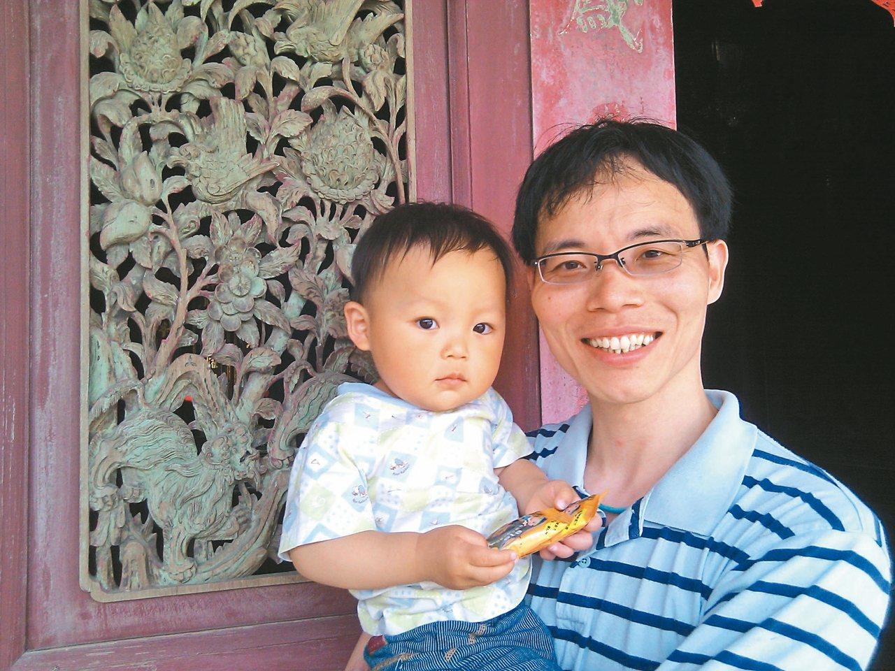 張輝誠抱著兒子張小嚕,在阿嬤娘家山內村雕梁畫棟的三合院裡留影。 圖/張輝誠