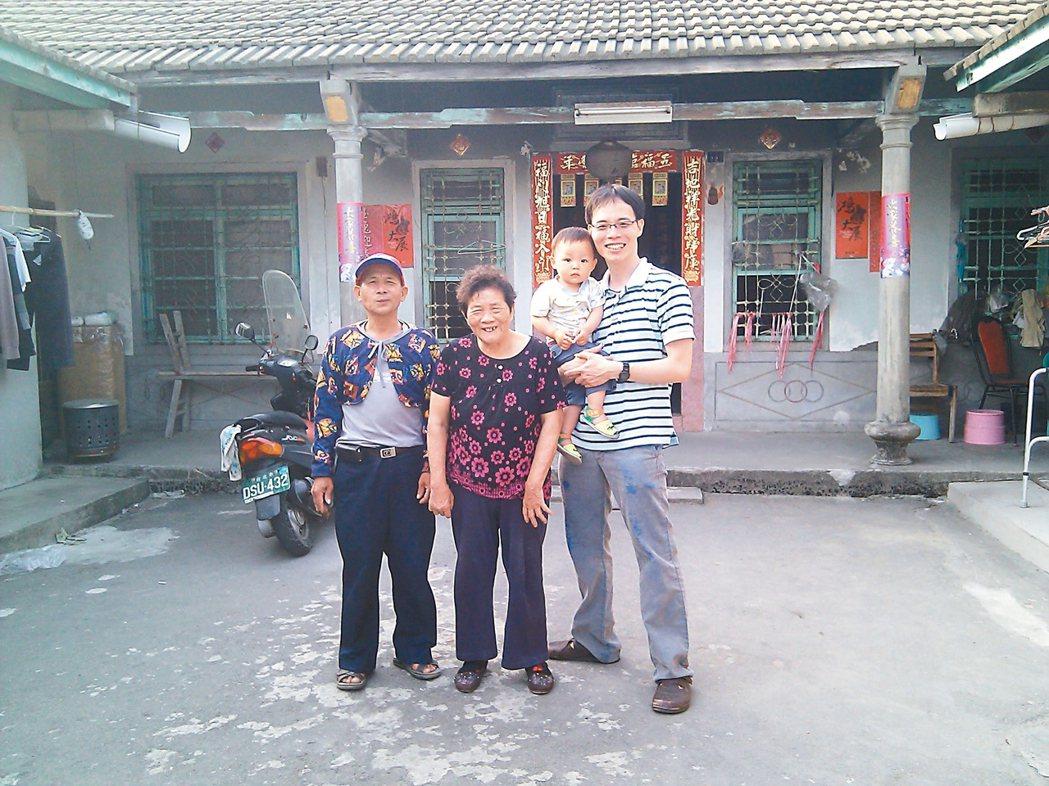 雲林蔥仔寮,張輝誠(右一)在外公家三合院裡,與小舅舅(左起)、阿母、兒子張小嚕合...