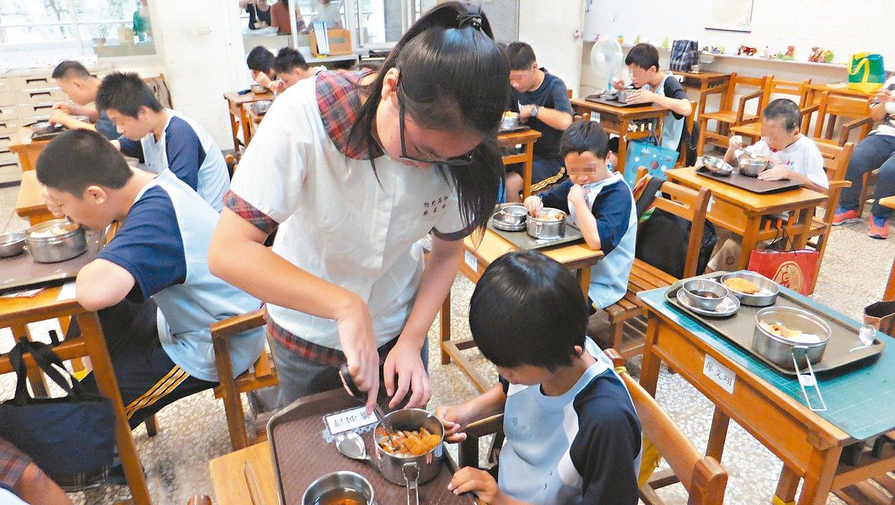 旭光高中八年前發起「餵飯天使」行動,讓一般生去特教班協助身心障礙生進食。 圖/旭...