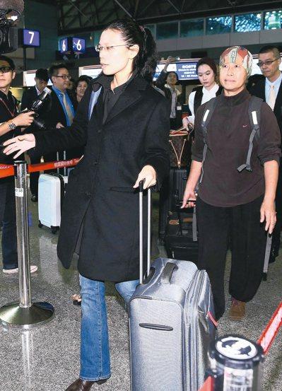 李明哲案今天宣判,他的妻子李凈瑜(左)已赴陸聆聽宣判。民進黨前立委王麗萍(右)被...
