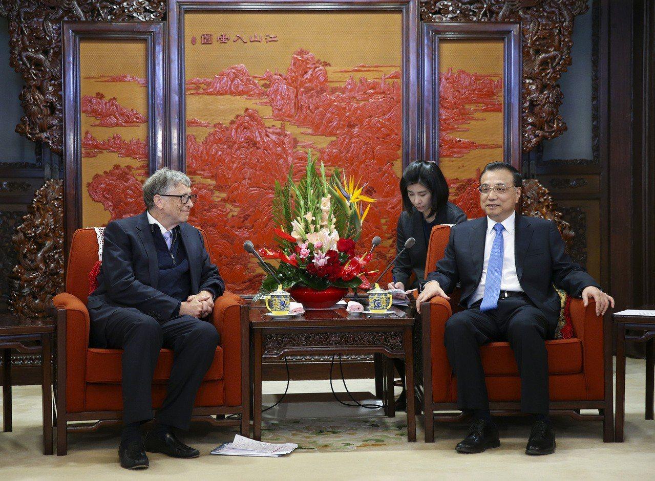微軟創辦人蓋茲(左)27日以美國泰拉能源公司董事長身分,獲選為中國工程院新外籍院...