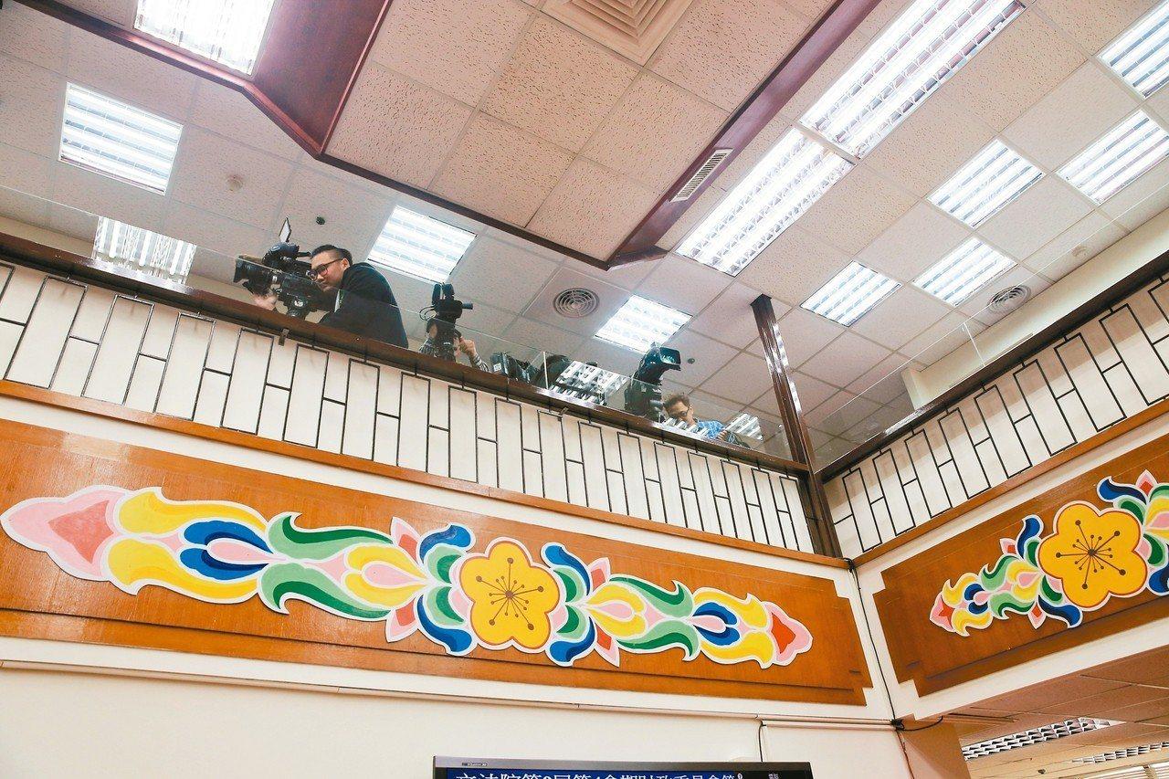 立法院財委會昨天起依秘書處公文限制記者採訪區,媒體被趕到九樓上方狹小、安全堪虞的...