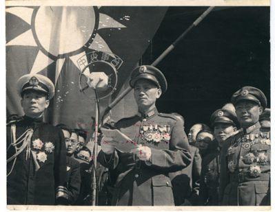 圖為抗戰勝利,蔣委員長發表演說,右為何應欽將軍。(國史館)