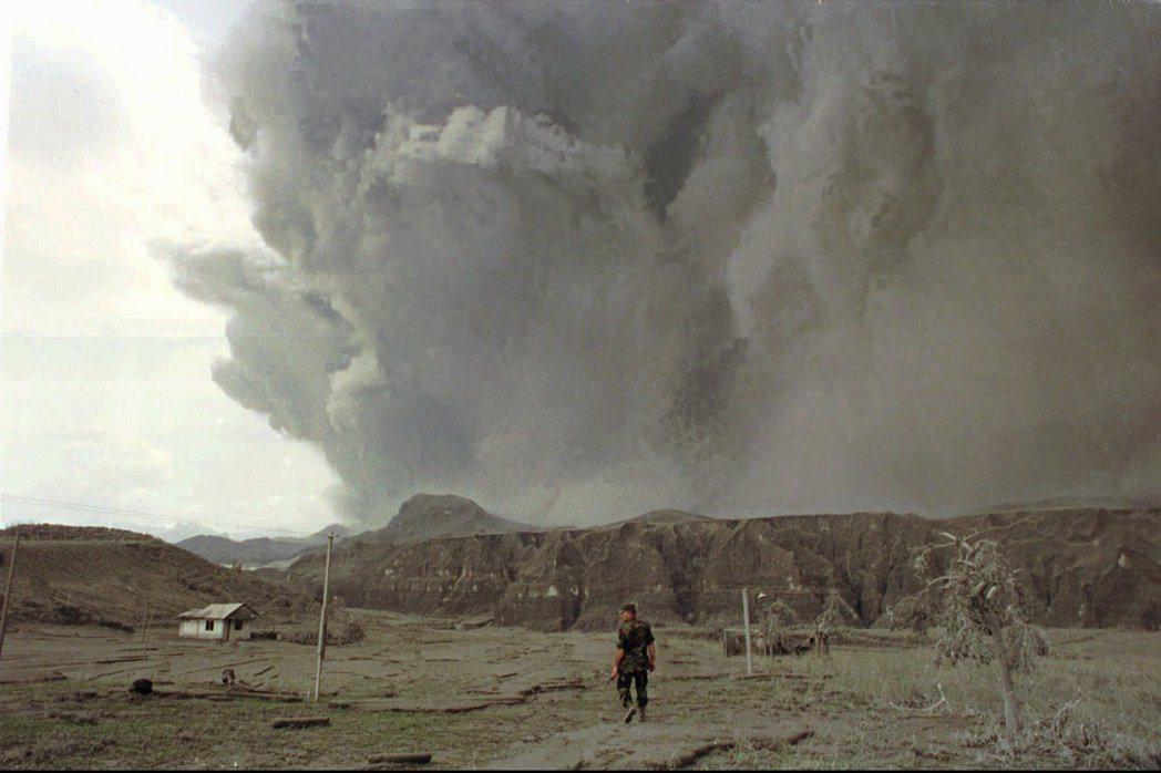 1991年菲律賓皮納圖博火山大爆發,火山灰直衝19公里天際。 美聯社