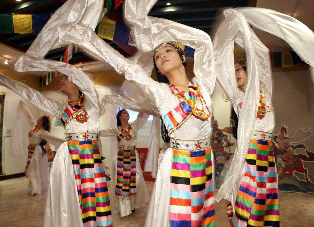 2010年蒙藏委員會於蒙藏文化中心舉辦格薩爾唐卡精品台灣巡迴展,文化舞蹈團帶來的...