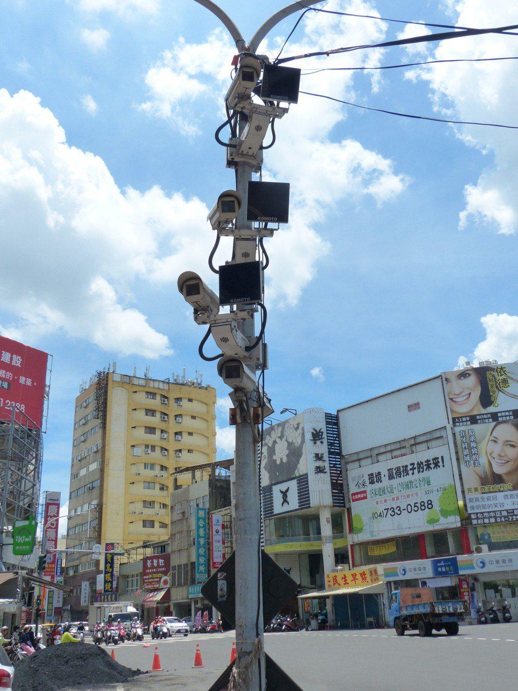彰化縣在許多重要的多條道路路口,建置不同方向的路口監視器系統,宛如天網。 記者劉...
