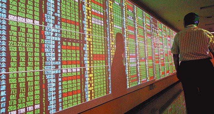 台股終場以10355.76點作收,下跌38.16點,成交量1372億元。 報系資...