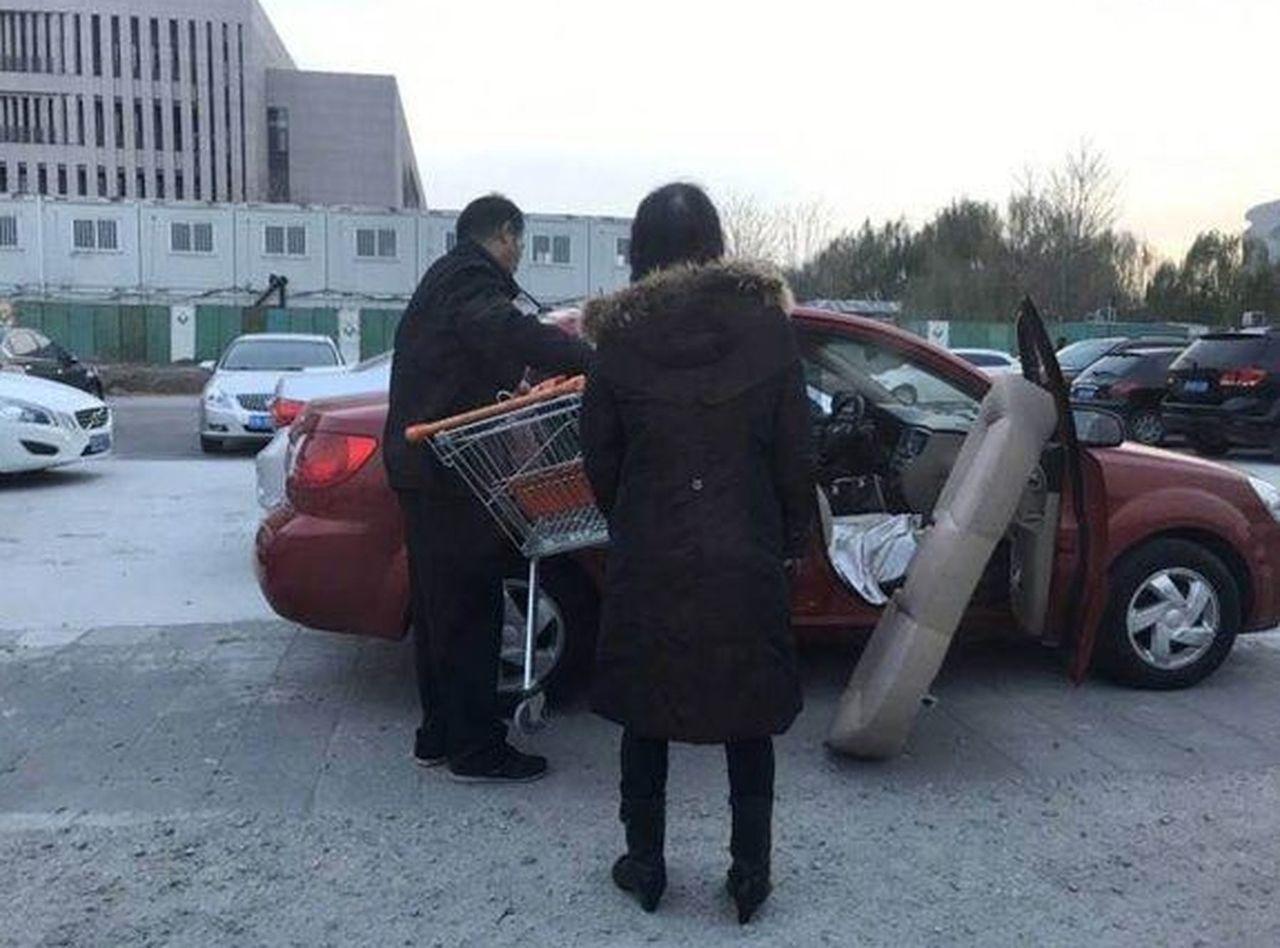 男女為偷「超市推車」竟將汽車後座拆下,網驚:推車純金的? 圖擷自straight...
