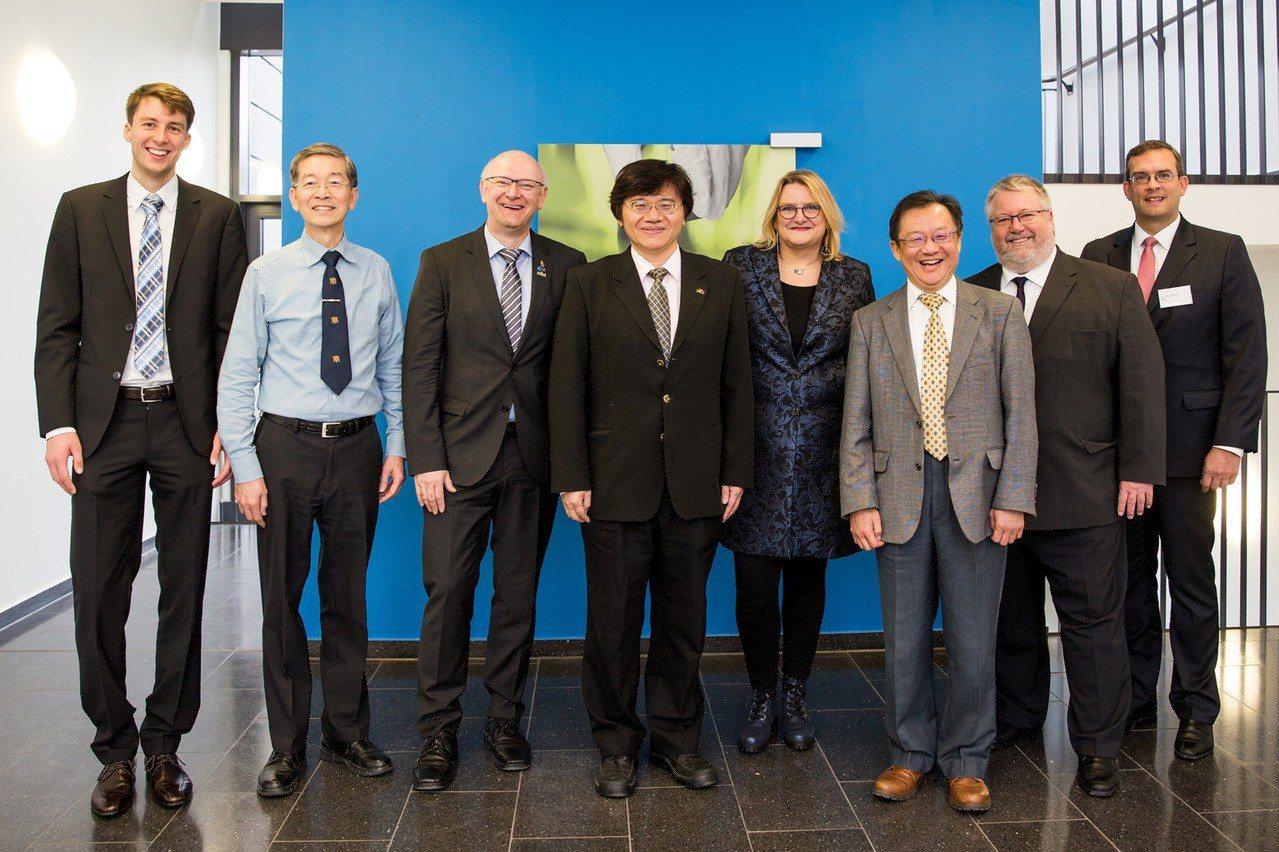 由成功大學化工系教授鄧熙聖(左4)領導的台灣團隊,未來將與德國的研究人員攜手投入...