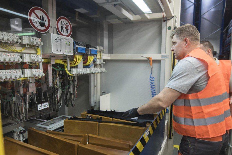 斯洛伐克總理為了推動增加工廠夜班津貼計畫,26日親自前往汽車組裝的工廠,站上生產...